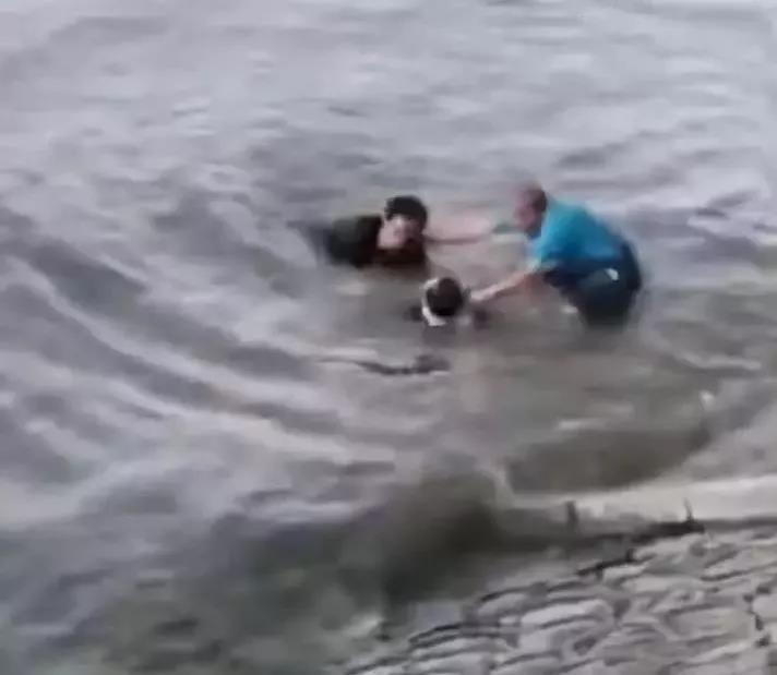 """20秒生死救援!哈尔滨小伙溺水,""""眼镜哥""""救人后悄然离开"""