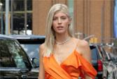 温莎身穿橙色吊带裙 出席纽约时装周