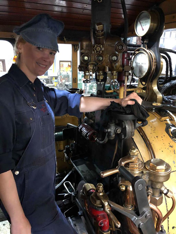 普芬比利蒸汽小火车迎来首位女性列车驾驶员