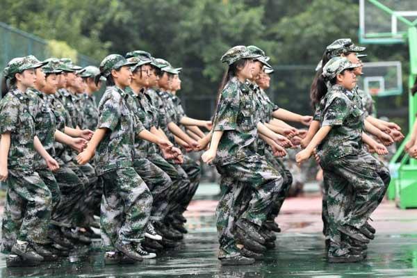 四川各地高校迎来军训 新生军训场上一丝不苟