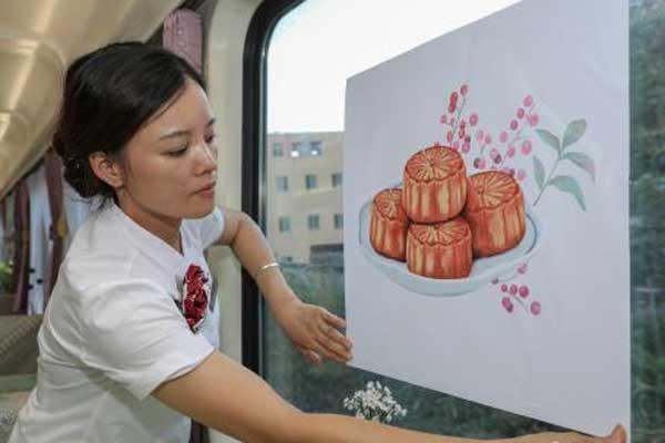 中秋民俗进列车 旅客旅途感受团圆氛围