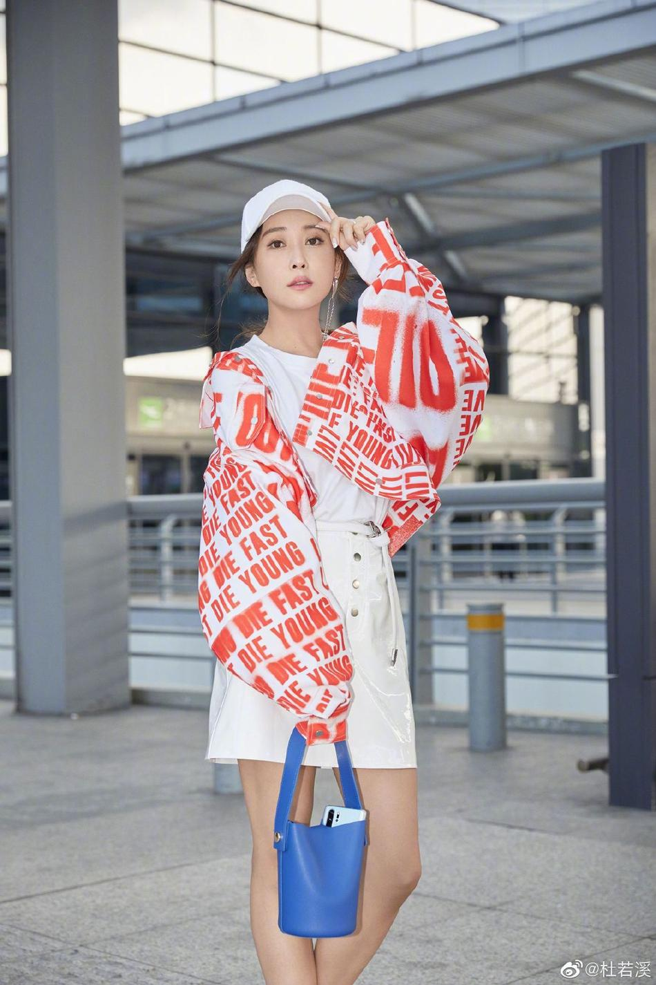 杜若溪机场街拍活力足 穿oversize橘红字母外套满
