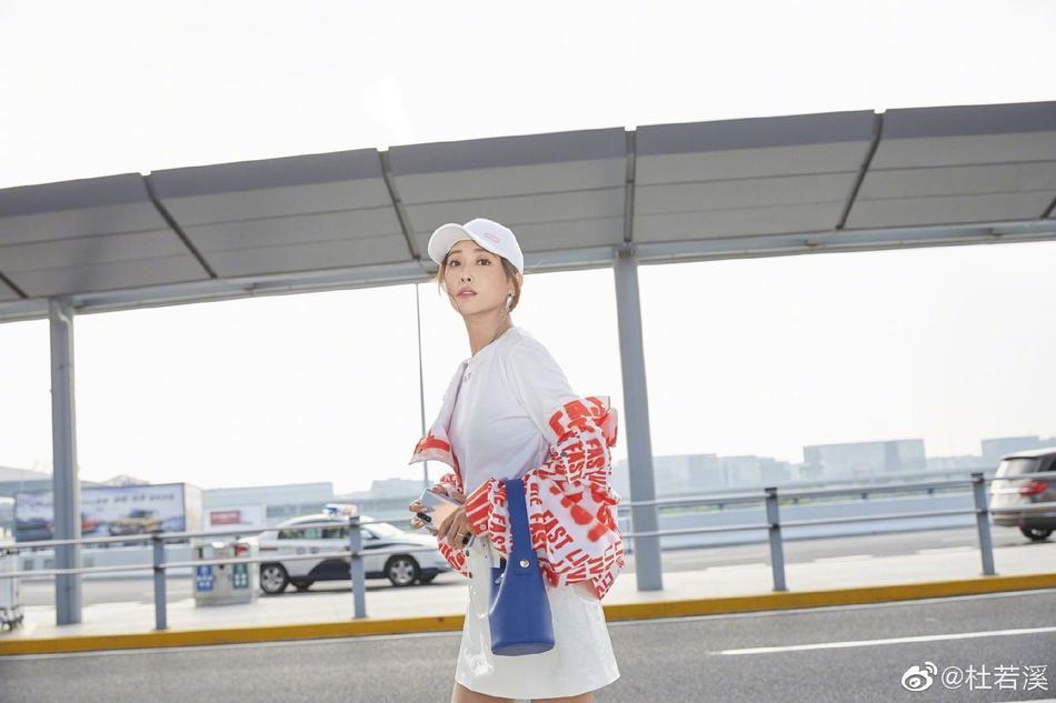 杜若溪机场街拍活力足 穿oversize橘红字母外套满满海岛风