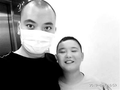 男孩三月增肥20斤救父 父亲:感谢儿子付出的一切
