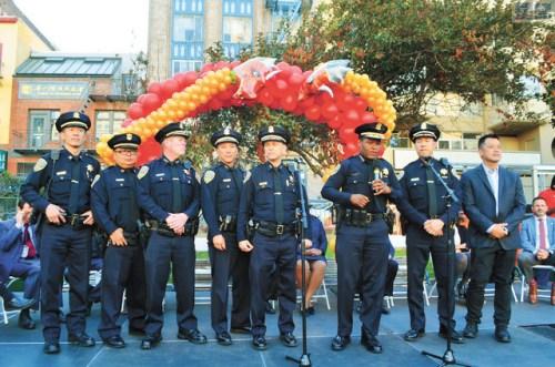 警察局长施革向小区民众介绍警员。(图片来源:美国《星岛日报》刘玉姝/摄)