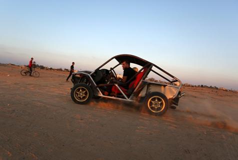 牛人的浪漫!巴勒斯坦一男子开自制汽车兜风