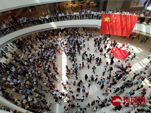 爱国爱港人士合唱国歌声援被打男子:中国香港加油!