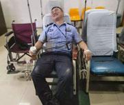 生死救援后他累瘫在急诊室
