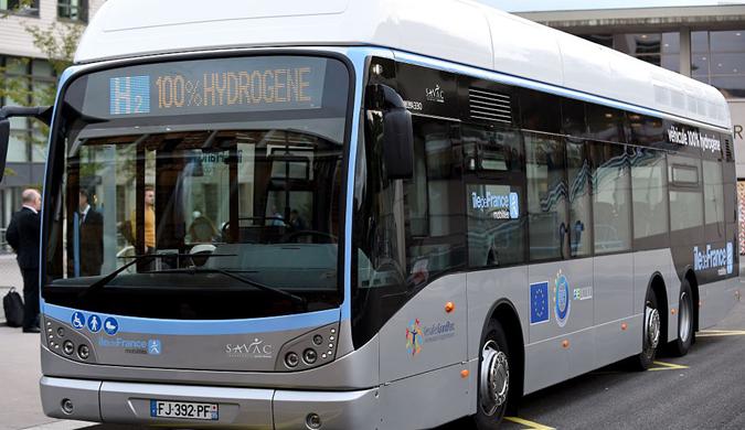 法国首辆氢动力巴士上路试运行