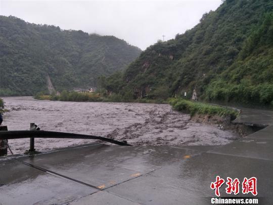 暴雨致国道247多处中断 四川平武进出九寨沟黄龙车辆请绕行