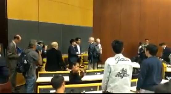 黄之锋窜访美国哥伦比亚大学,爱国留学生起立唱国歌表达抗议