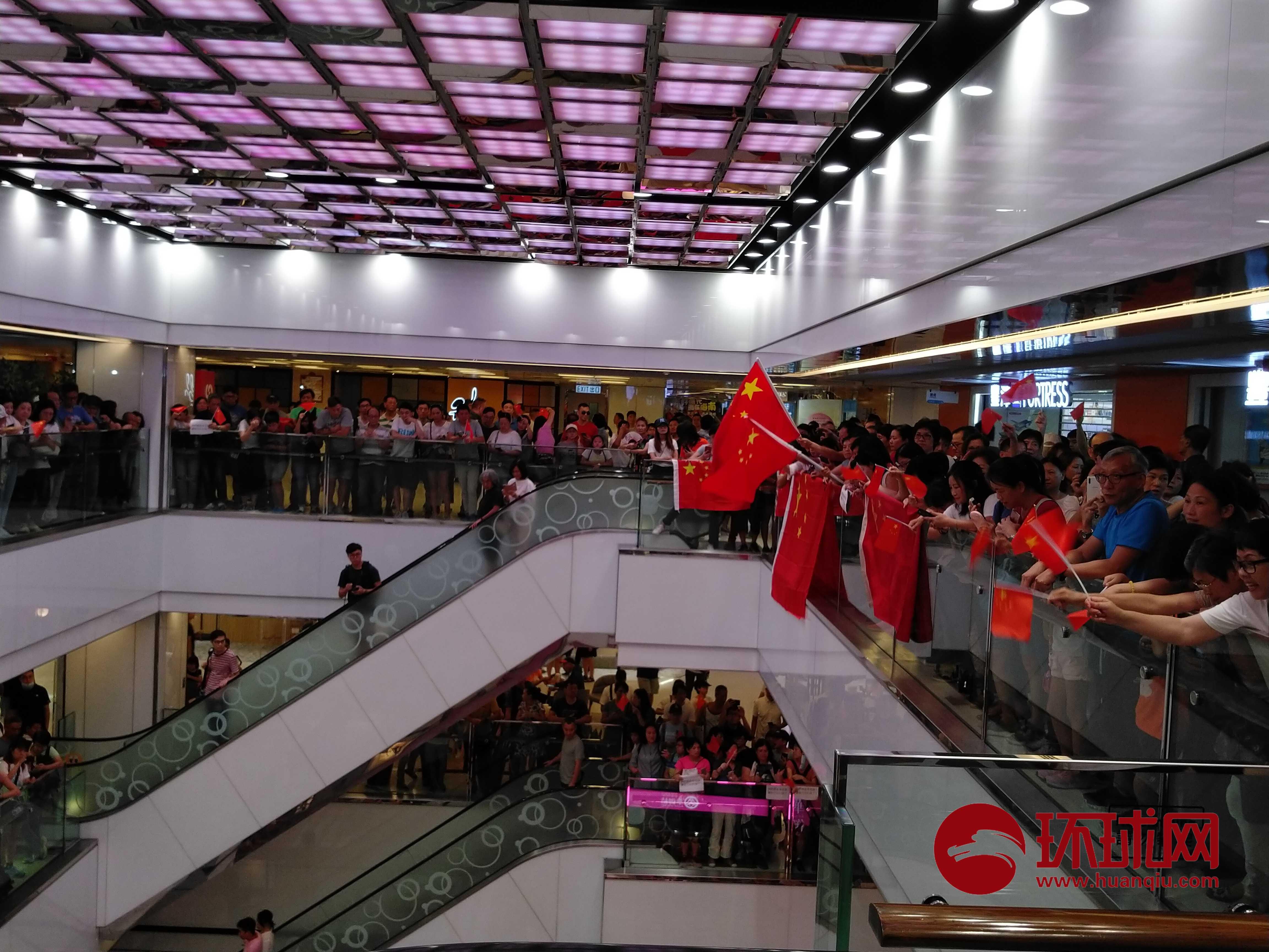 今天,他们再次来到这里,声援唱国歌被打出血香港教师!