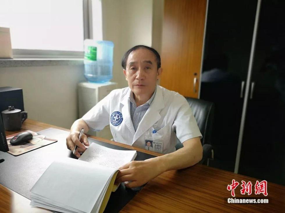 47年为病人开胸4000多次,他为病人累驼了背