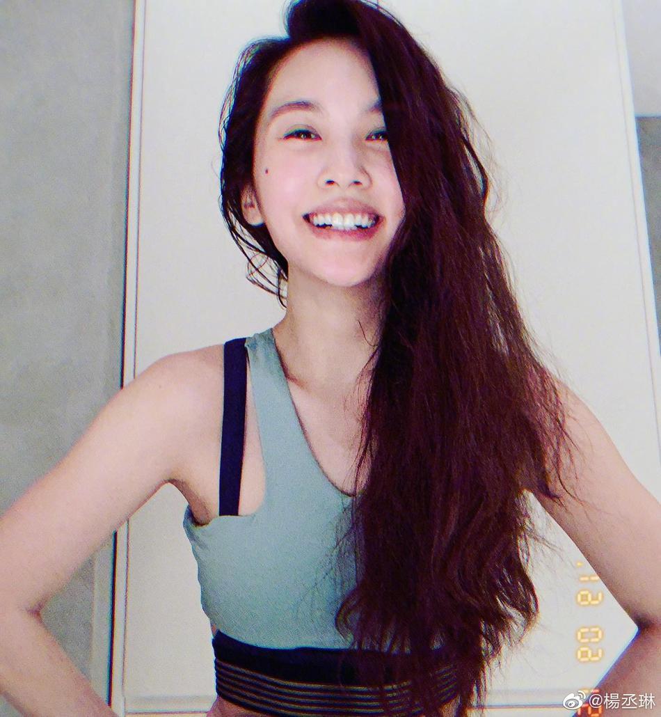 运动博主杨丞琳再晒流汗自拍 甜笑咬唇花式散发魅力