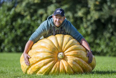 英国举办巨型蔬菜比赛 近300公斤南瓜夺冠