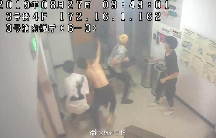 """杭州男子凌晨在商场门口被人围殴,竟是因为""""人群中多看了你一眼"""""""