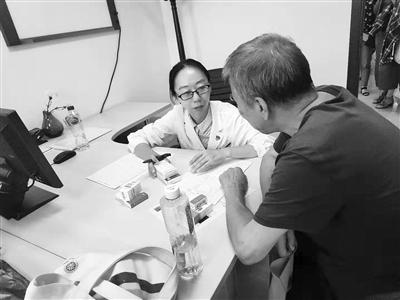 指导患者用药 北京市开设68个药学门诊