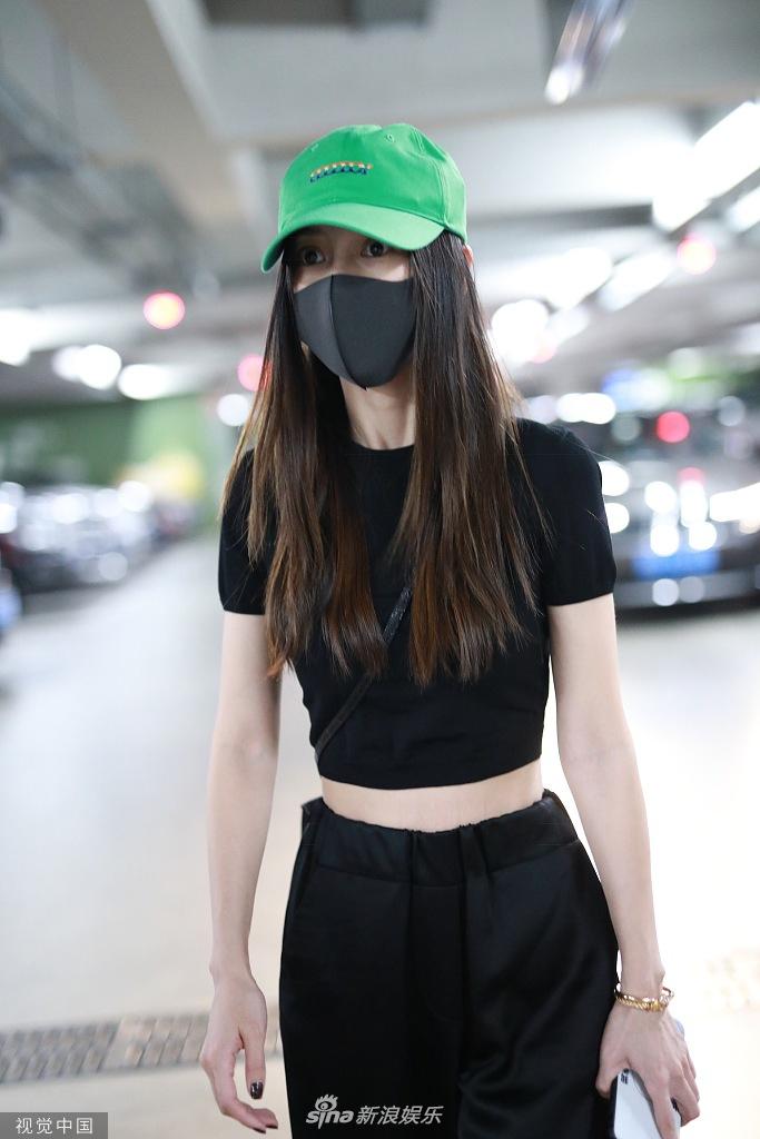 Baby与黄晓明前后现身机场未同框 戴口罩穿露脐装