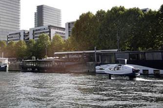 水翼电动船在巴黎塞纳河测试
