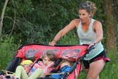 美国妈妈推三人婴儿车跑马 3小时11分完赛