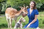 英小鹿被人类救助 长大后定期回来看望恩人