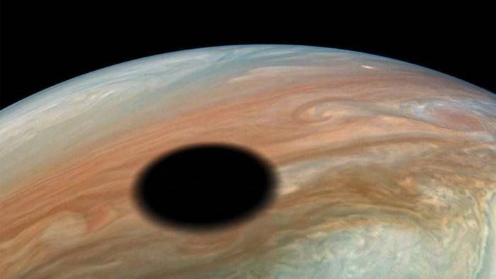 NASA照片展示木卫一在木星上投下阴影的景象
