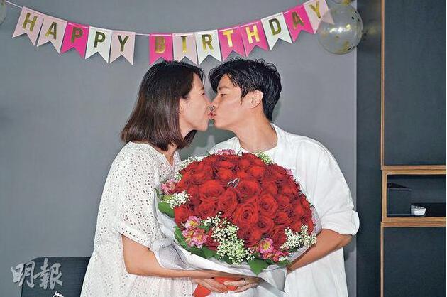 蔡少芬46岁生日宣布封肚 挺孕肚向张晋送吻