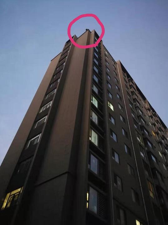 花季女子欲跳楼轻生,民警15楼楼顶生死救援