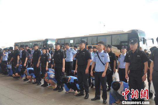 重庆警方捣毁特大跨境电信诈骗集团 押解69名嫌疑人回国
