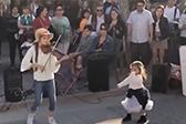 外国女孩街头演奏小提琴