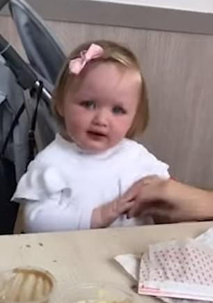 英国一妈妈喂女儿玉米棒 宝宝一脸嫌弃表示拒绝