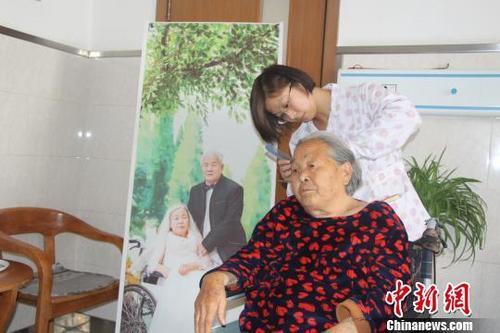 中国首个老年护理标准出台 加快发展老年护理服务