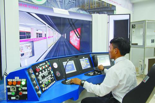 图说:班派职业技术学院的一名学生在用模拟系统学习驾驶火车。 孙广勇摄