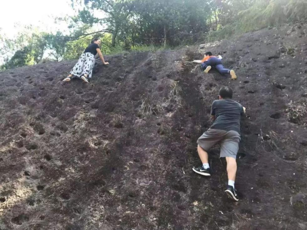 惊险!宁波一男孩悬挂10多米高岩壁上,紧急关头他托举救人…