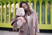 倪妮抱熊猫玩偶青春活力