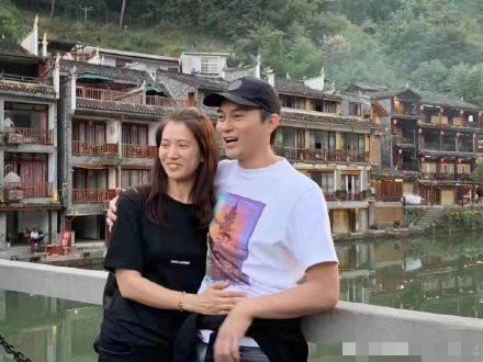 袁咏仪夫妻游凤凰古城 张智霖酒吧深情开唱