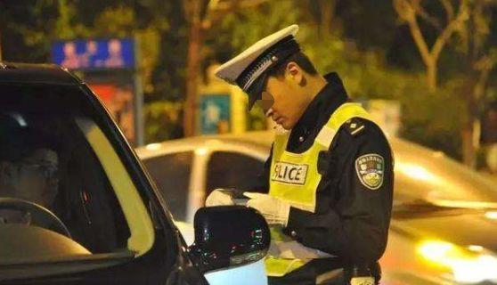 男子坚称没酒驾,一测酒精值吓一跳!但交警看到车里这个东西后,让他走了