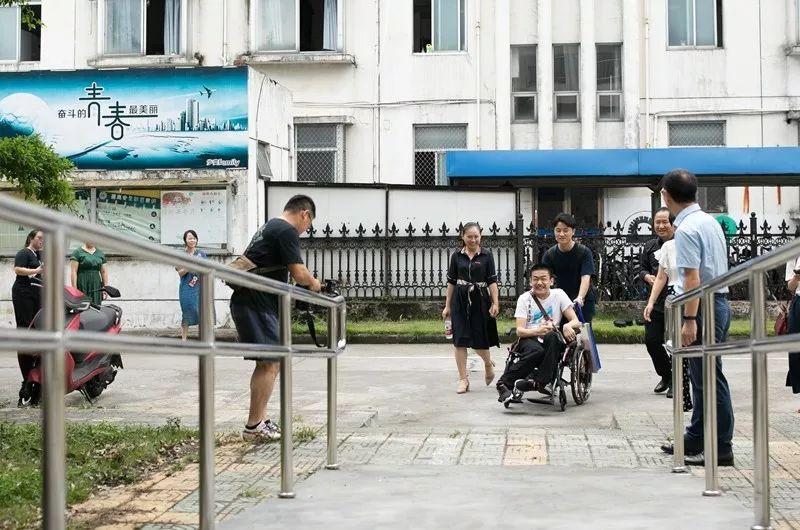 浙江大一新生自幼脑瘫,无法正常行走,596分考入大学!
