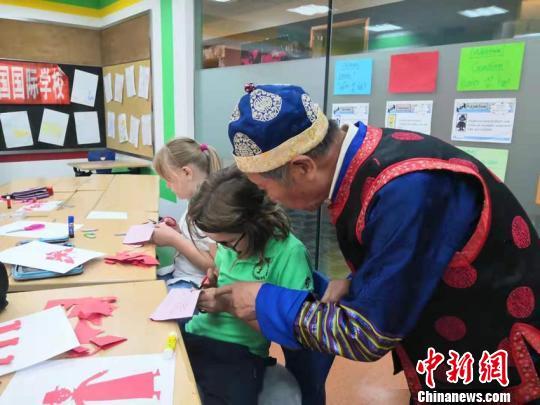 德国小朋友:中国剪纸非常好玩 愿和朋友一起分享