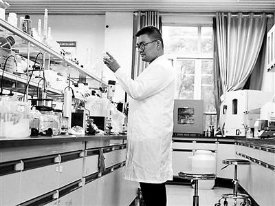 90后教授每天16小时泡在实验室