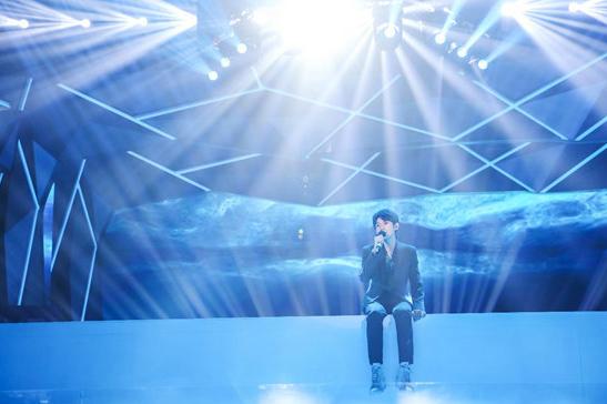 王源携个人专辑登快本 《夜间游泳池》电视首唱