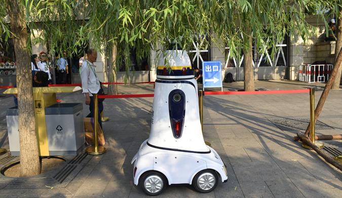 """科幻风十足!天安门广场""""机器人警察""""上岗"""