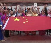 13名群众绣制国旗庆国庆