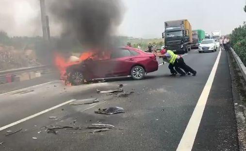 高速上轿车突然起火,这群人徒手推车救援!太硬核!