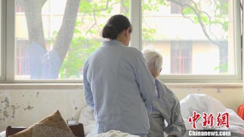 专业人员缺乏、照护成本高 痴呆患者家庭困境如何破?