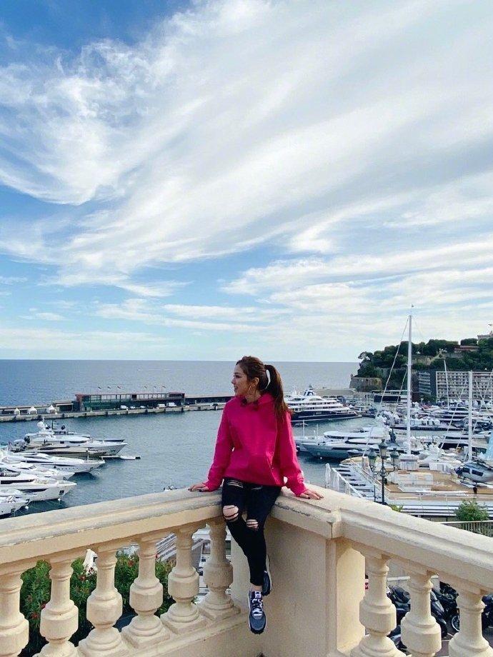 邓紫棋分享摩纳哥休闲生活 着玫红卫衣活泼搞怪