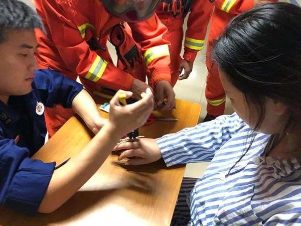 杭州产妇临进手术室戒指卡手指取不下,消防员病房解困