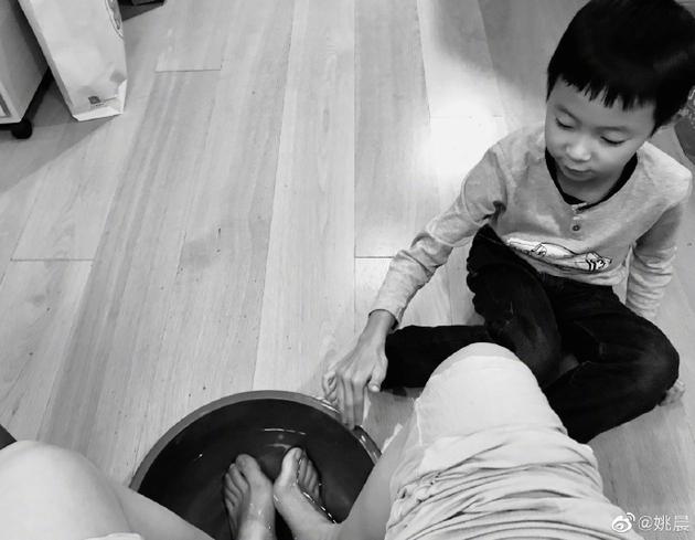 哭笑不得!土豆给妈妈姚晨洗脚结果用了一盆开水