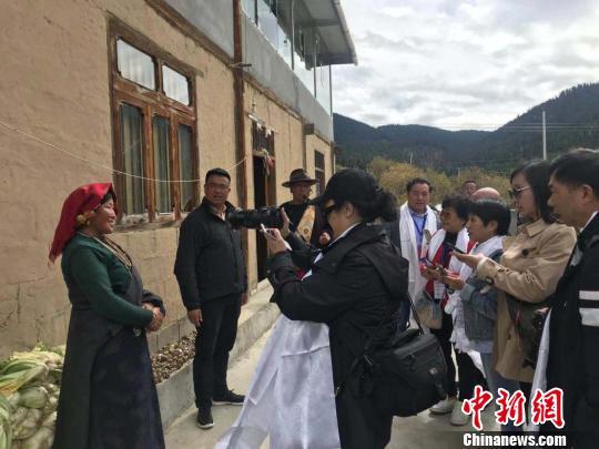 海外媒体人:四川阿坝州的发展速度让人惊讶