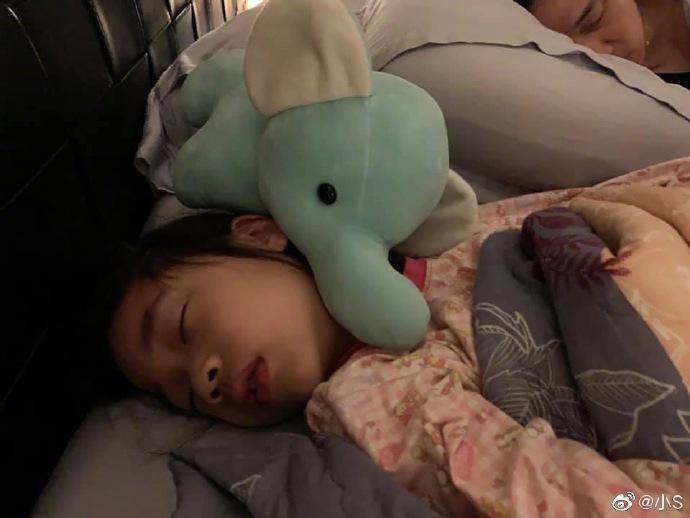 小S晒许老三熟睡照软萌可爱 调侃女儿睡着时才是小天使